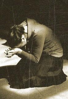 девушка молит