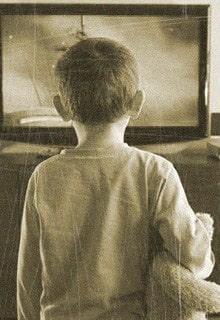 мальчик перед телевизором