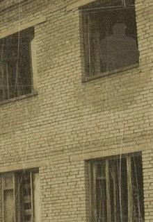 силуэт в заброшенном здании