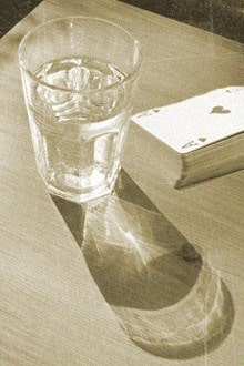 колода карт и стакан