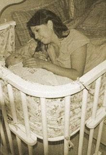 мама и младенец в кроватке