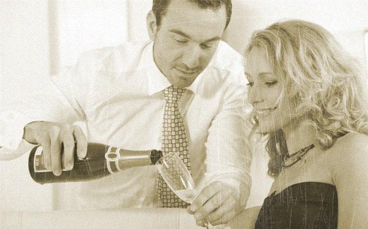 мужчина наливает шампанское