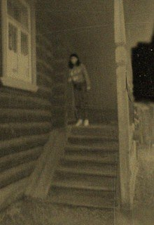 девушка на крыльце дома