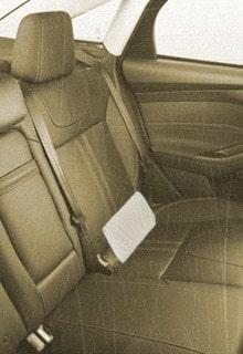 белый клатч на заднем сиденье