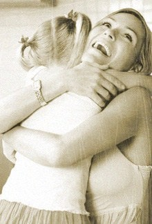 мама обнимает дочь