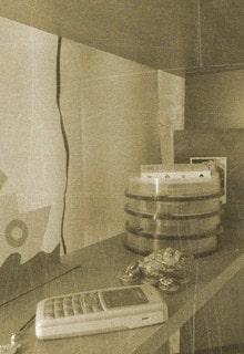 старый телефон на полке