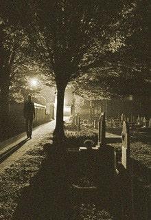 человек ночью на кладбище