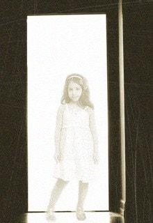 девочка в дверях