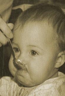 малыш ест с ложечки
