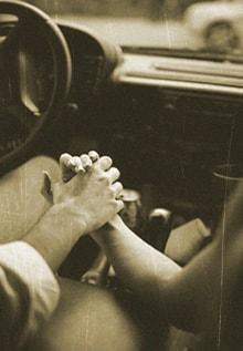 держатся за руки в машине