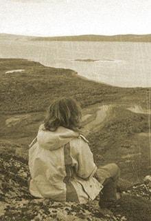 девочка сидит на берегу Енисея