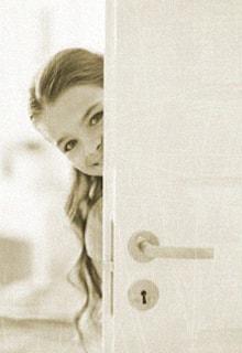 девочка за дверью