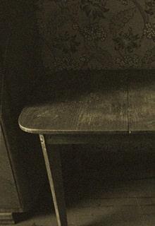 стол в темноте
