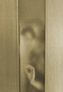 женщина за дверью