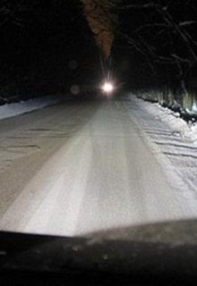 свет на ночной дороге