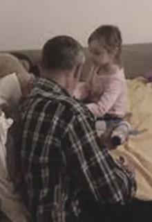 мужчина играет с ребенком