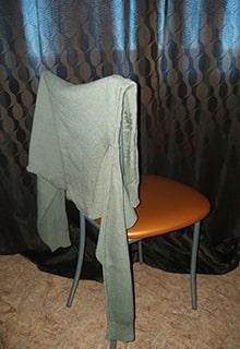 кофта на стуле