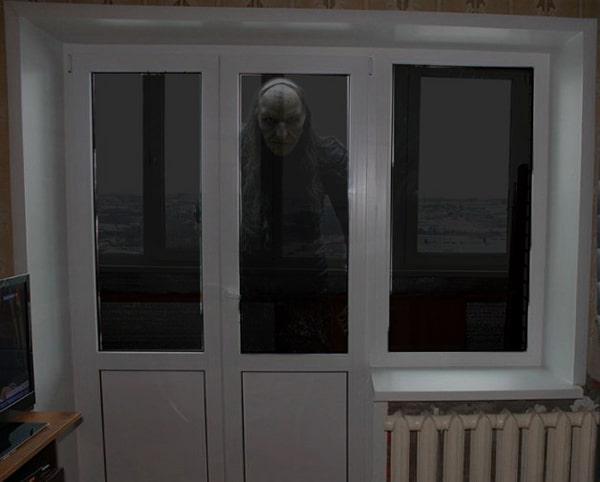 существо на балконе