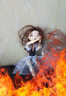 кукла горит